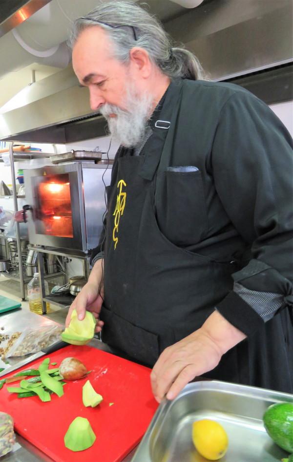 Ο πατέρας Επιφάνιος ετοιμάζει το γλυκό, καθαρίζοντας τα αβοκάντο