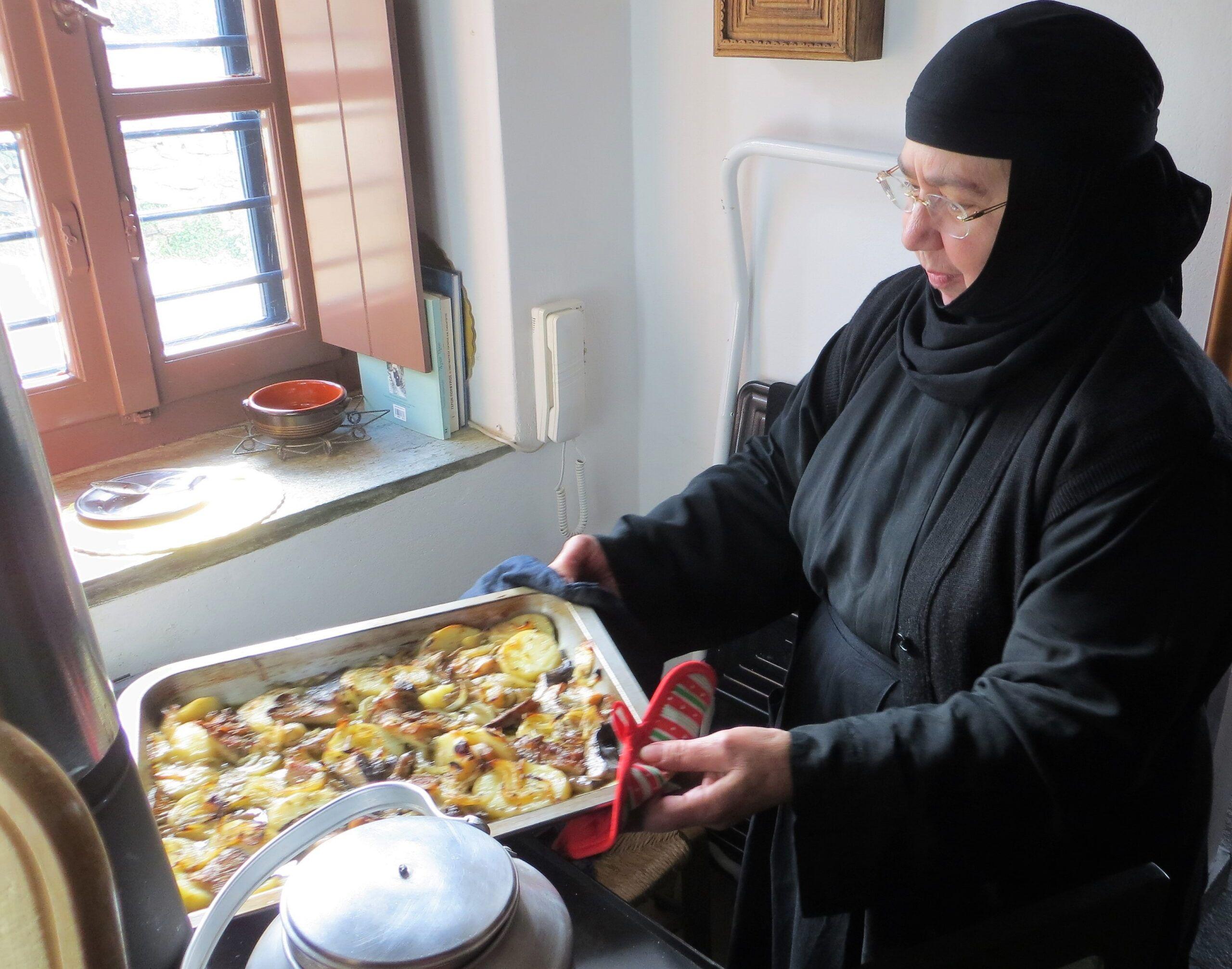 Η γερόντισσα Ιουλιανή μας γνωρίζει την περίφημη μοναστηριακή κουζίνα στο νησί της Παναγιάς